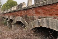 Exp.-Puente-de-los-Once-Ojos-junto-al-monumento-a-los-ojos